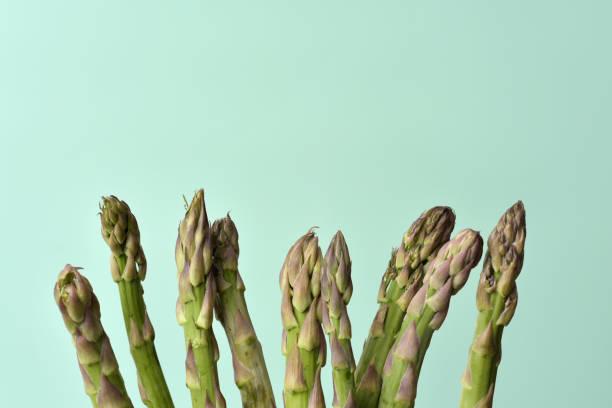 rohe garten spargel - spargel vegan stock-fotos und bilder