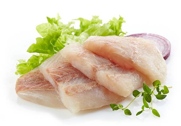 pièces brutes de merlu filet de poisson - colin photos et images de collection
