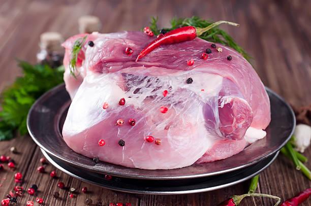 raw juicy meat on an iron plate o - schweinegulasch stock-fotos und bilder