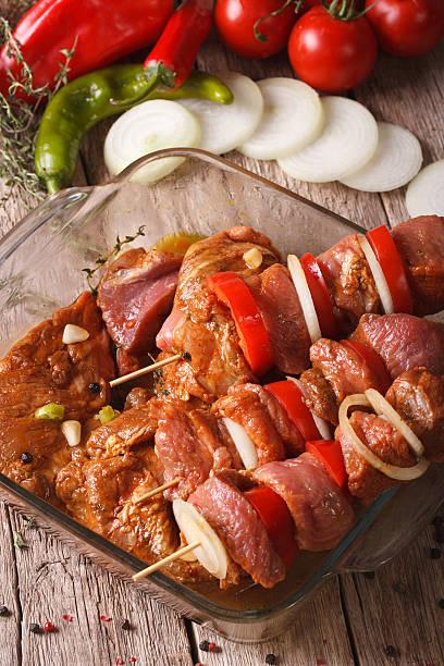 raw-kebab mit gemüse mit würziger sauce-nahaufnahme, vertikal - kebab marinade stock-fotos und bilder