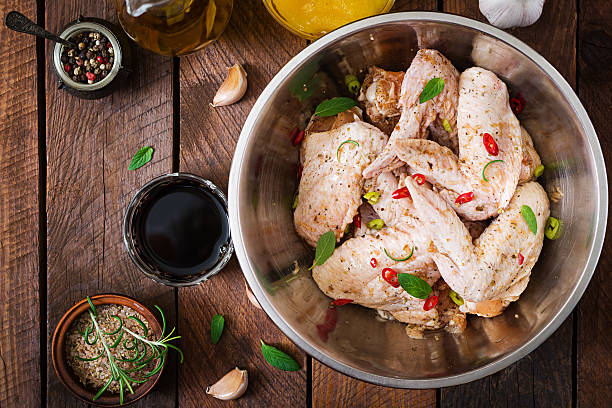 raw marinated chicken wings prepared in asian style - 양념에 재기 뉴스 사진 이미지