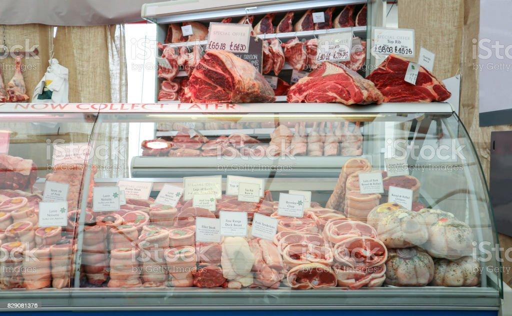 Viande crue à la boucherie. - Photo