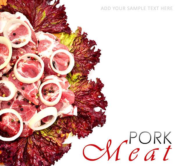 rohes fleisch stücke mit geschnittene zwiebeln und schwarzem pfeffer - schweinegulasch stock-fotos und bilder