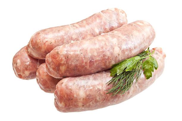生肉のソーセージ、野菜白背景 ストックフォト