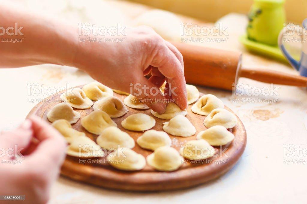 生肉西伯利亞餃子在桌子上 免版稅 stock photo