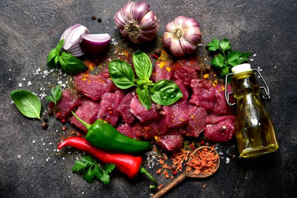 Rohes Fleisch mit Zutaten zur Herstellung von Eintopf oder Ragout – Foto