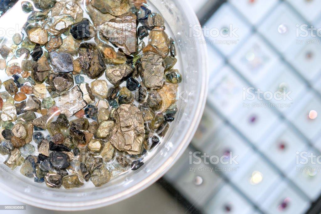 Råa naturliga kristaller, äkta safir ädelstenar, amethyst crystal rå ädelsten mineral regnbåge, perfekt för att göra smycken och kristall healing. - Royaltyfri Ametist Bildbanksbilder