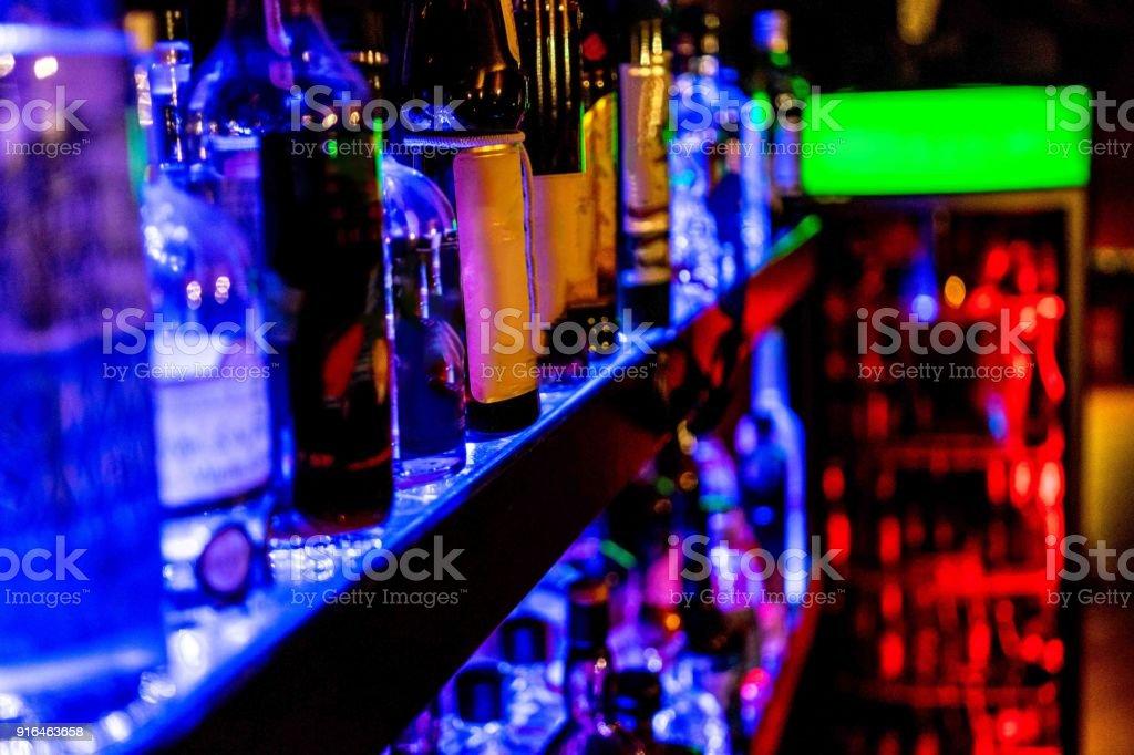 rauwe van flessen in een Bar foto