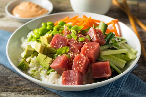 rohen bio ahi thunfisch poke schüssel - hawaiianischer salat stock-fotos und bilder