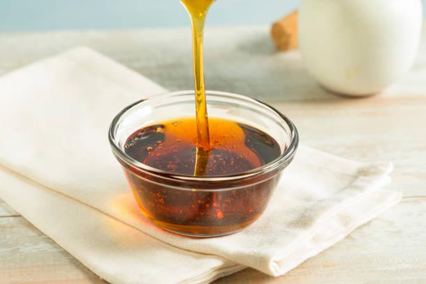 raw organic dark agave syrup - xarope imagens e fotografias de stock