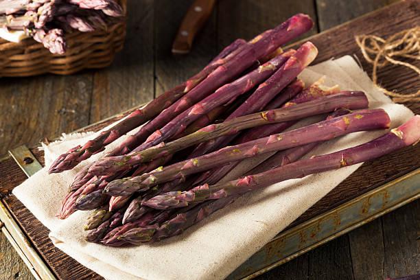 raw organic purple asparagus spears - lila waffe stock-fotos und bilder