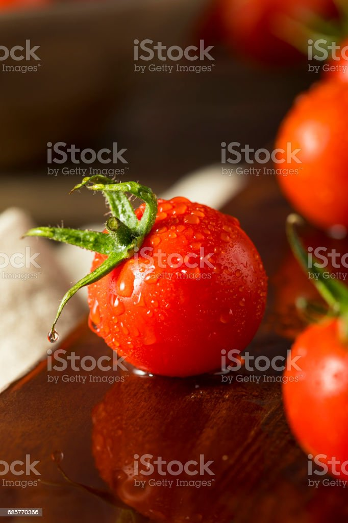 Raw Organic Red Cherry Tomatoes foto stock royalty-free