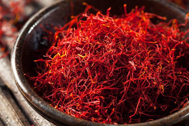 raw organic red saffron spice - 암술 뉴스 사진 이미지