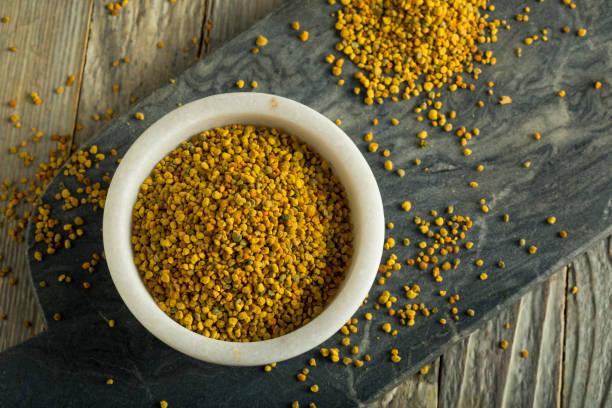 raw organic yellow bee pollen - pyłek zdjęcia i obrazy z banku zdjęć