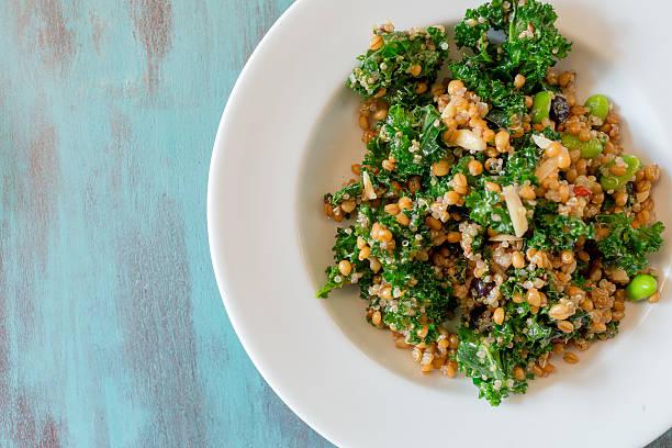 raw paleo e insalata di quinoa ottimo nutriente ravizzone - dieta macrobiotica foto e immagini stock