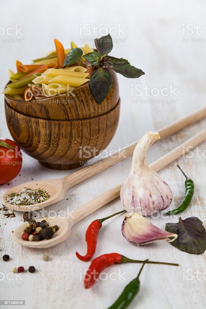 Raw pasta in wooden bowls and spices Lizenzfreies stock-foto