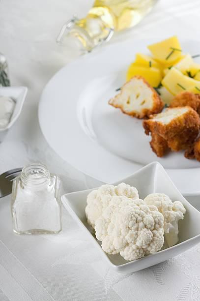 raw pieces of cauliflower - zout smaakstof stockfoto's en -beelden