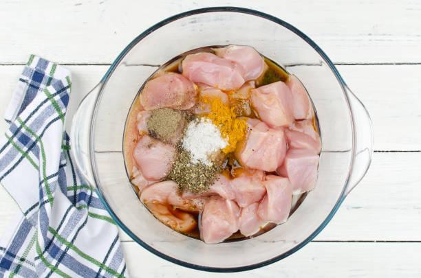향신료에 절인 닭의 원시 조각 - 양념에 재기 뉴스 사진 이미지