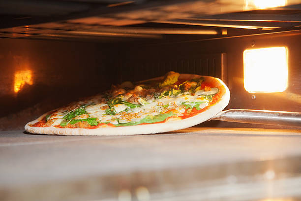 raw pizza - foto de acervo