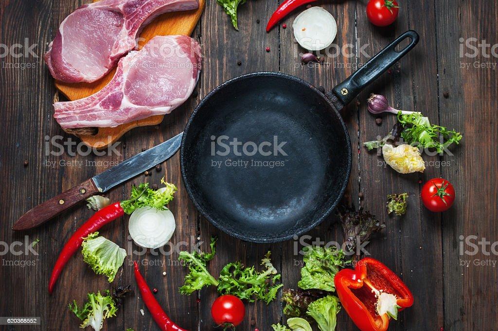 Raw pork steak with herbs around the pan place zbiór zdjęć royalty-free
