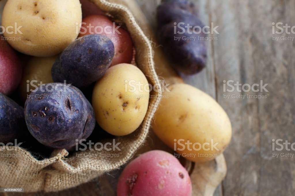 Batatas cruas close-up - foto de acervo