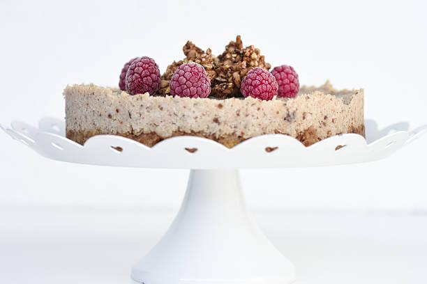 raw raspberry coconut cake - vegane hochzeitstorte stock-fotos und bilder