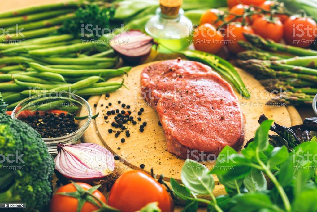 Rohe Rib-Eye-Steak mit Gemüse – Foto
