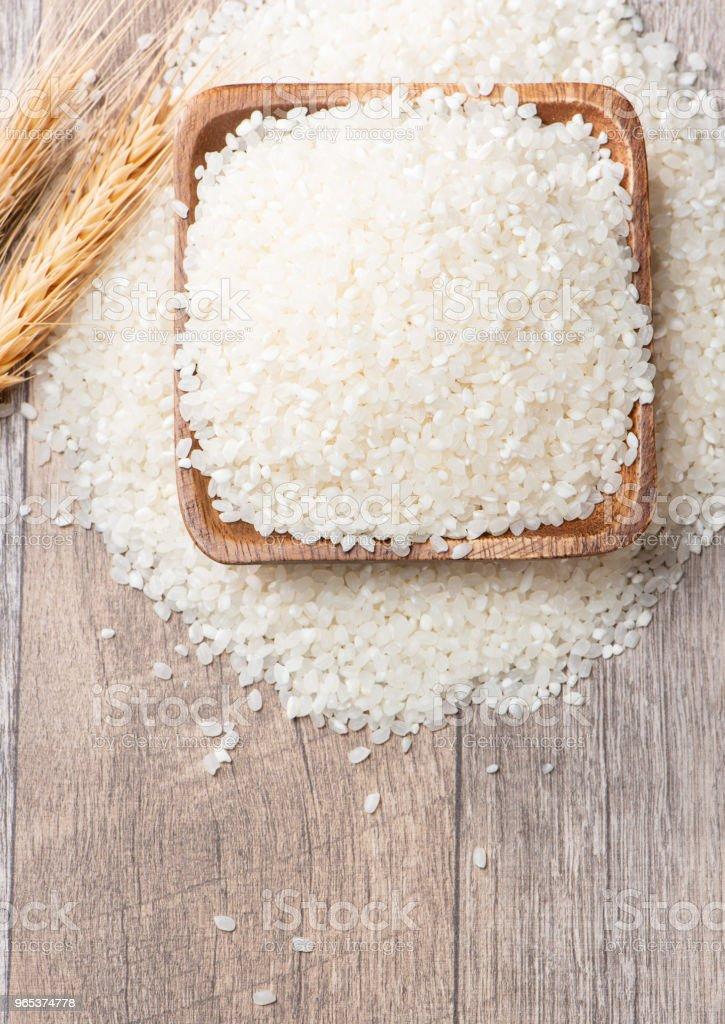 원시 쌀 나무 배경에 나무 그릇에 - 로열티 프리 0명 스톡 사진