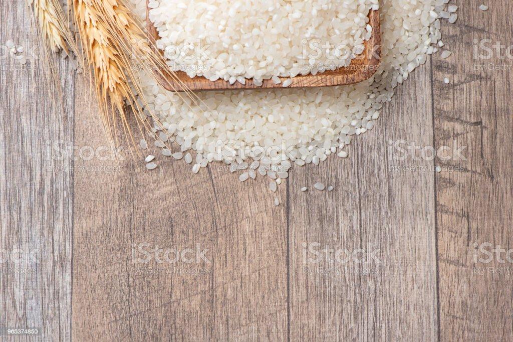 木制碗中的生米 - 免版稅健康的生活方式圖庫照片
