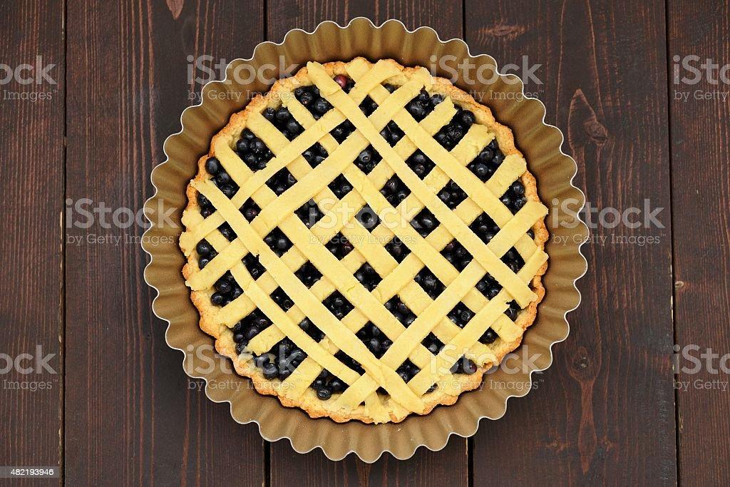 Raw redondo caseras, lattice pastel de arándano en placa para cocinar - foto de stock