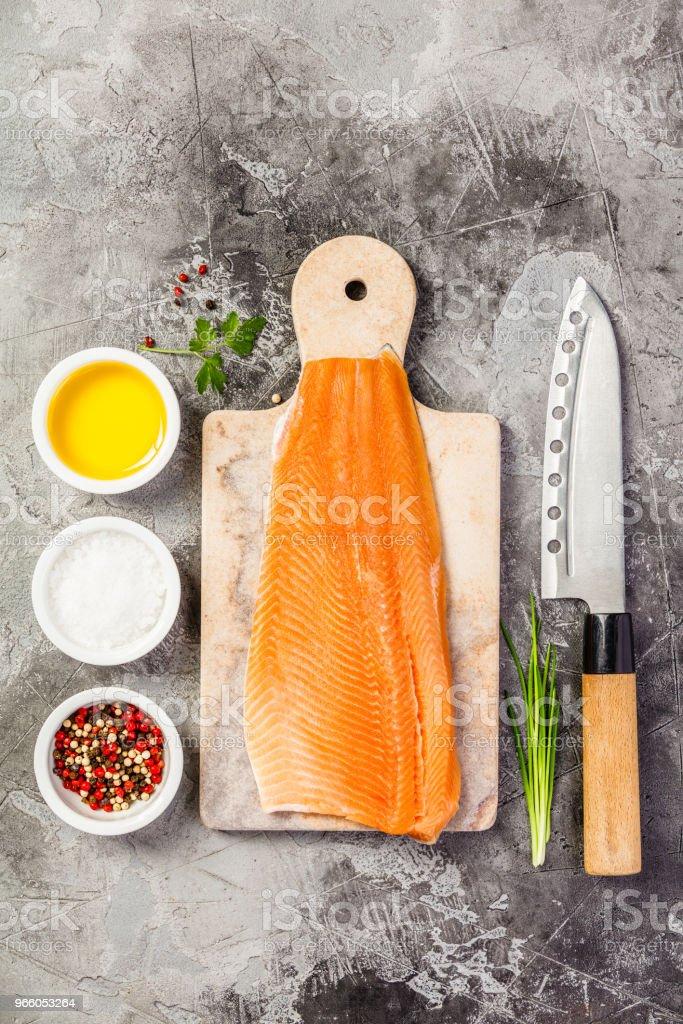 Rauwe zalm filet en ingrediënten - Royalty-free Avondmaaltijd Stockfoto