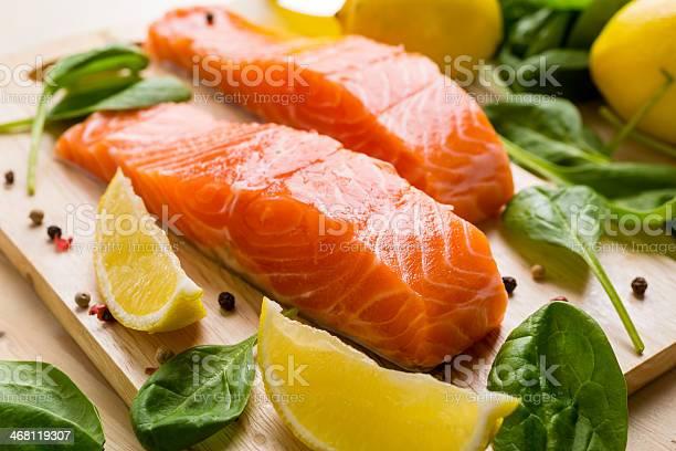 Raw Filete De Salmón Foto de stock y más banco de imágenes de Aceite de oliva