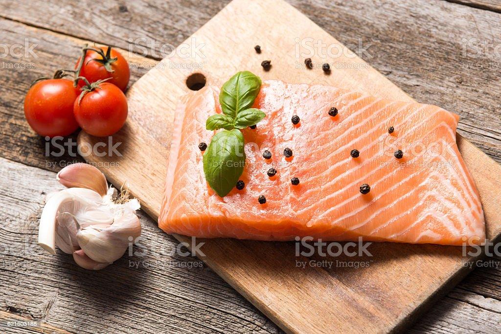 Raw salmon fillet with herbs photo libre de droits