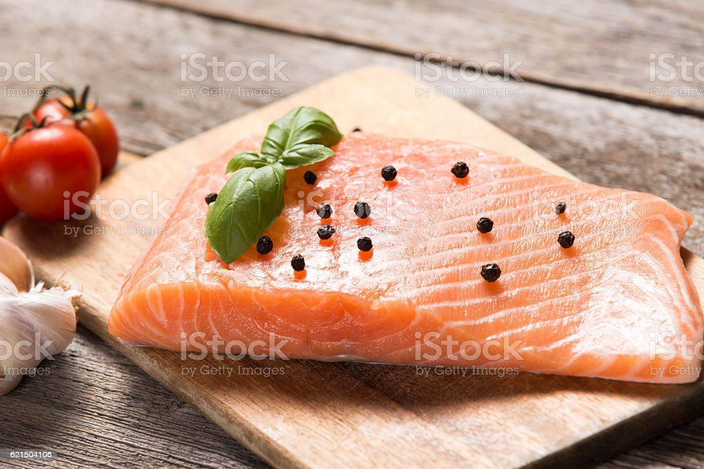 Raw salmon fillet with herbs photo libre de droits