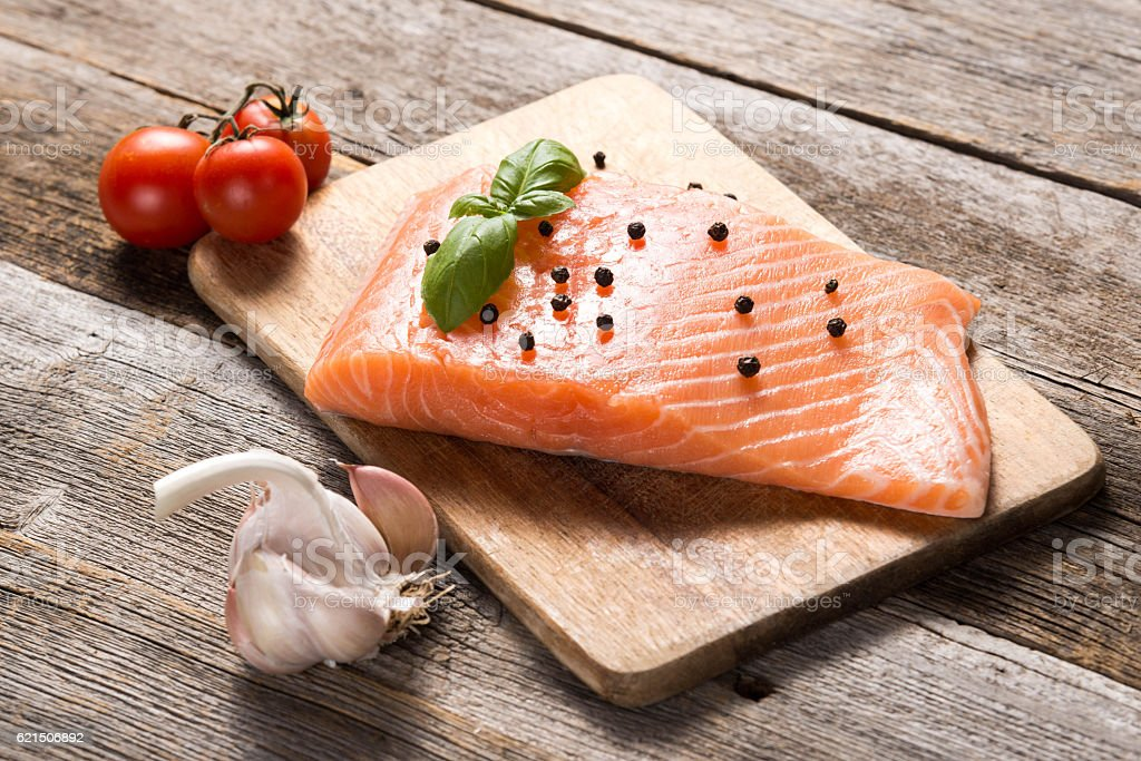 Raw salmon fillet with herbs foto stock royalty-free