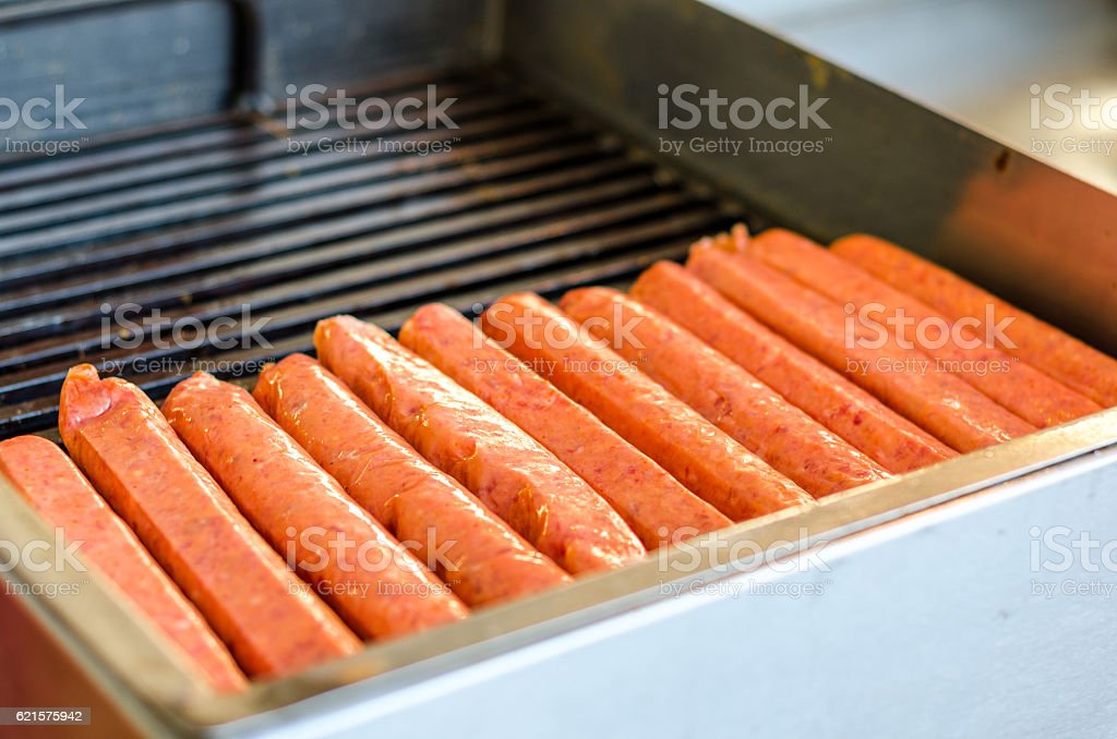 Raw sausages on the grill photo libre de droits