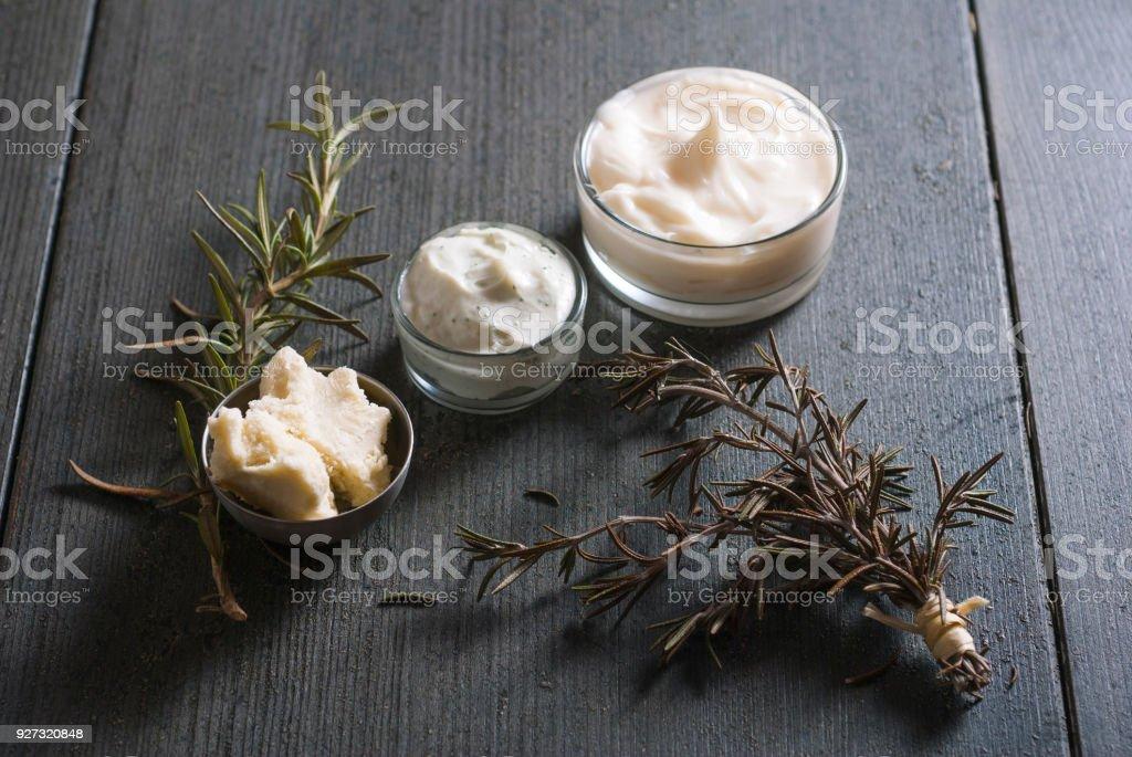 Beurre de karité brut et crème cosmétique - Photo