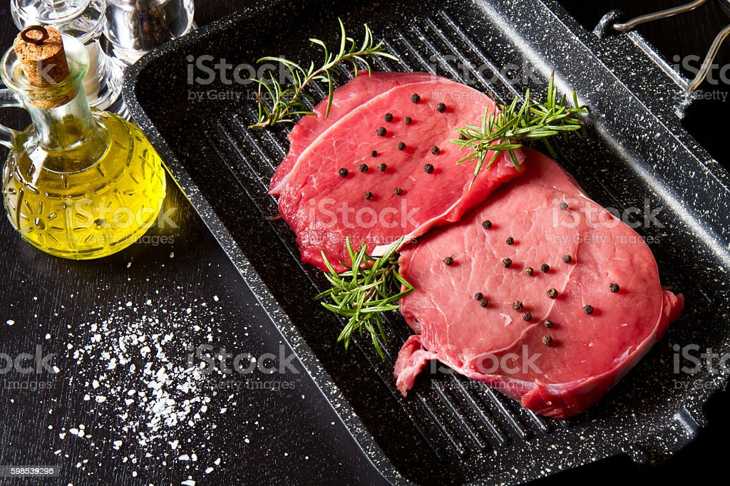 raw sliced beef on plate pot on black background photo libre de droits