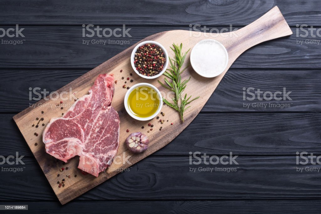 RAW steak de viande de boeuf d'aloyau - Photo