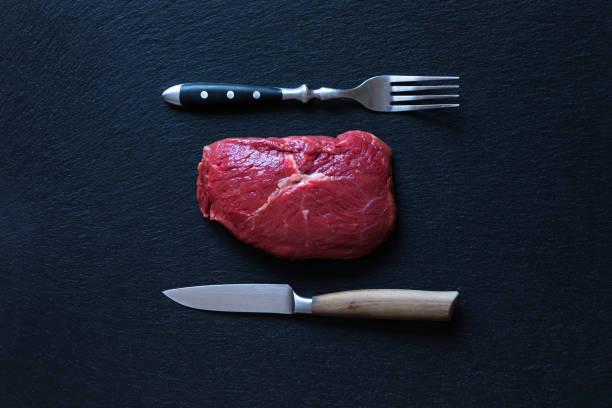 rohes steak auf schiefer - paleo diät stock-fotos und bilder