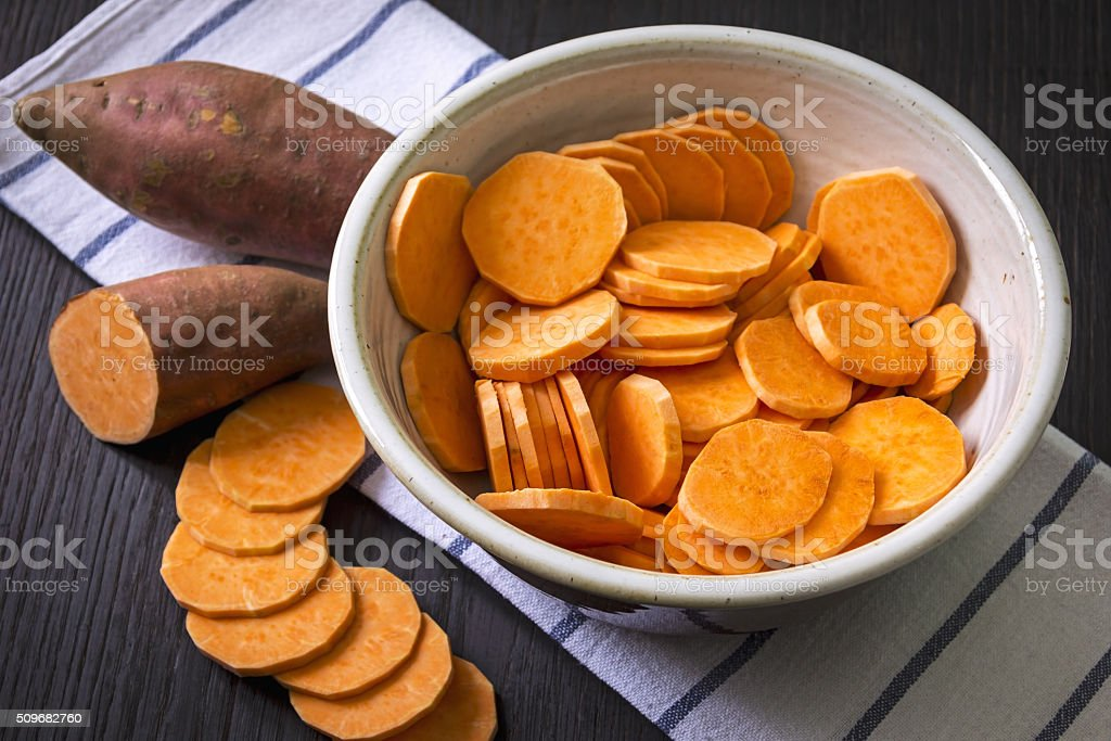 Roh Süßkartoffel mit im Holztisch – Foto