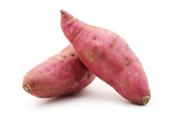 surowe słodkie ziemniaki wyizolowane na białym tle - słodki ziemniak zdjęcia i obrazy z banku zdjęć