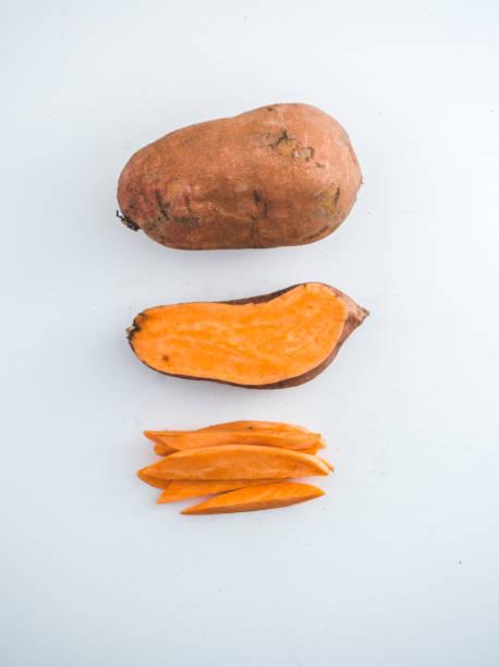 surowe słodkie ziemniaki - słodki ziemniak zdjęcia i obrazy z banku zdjęć