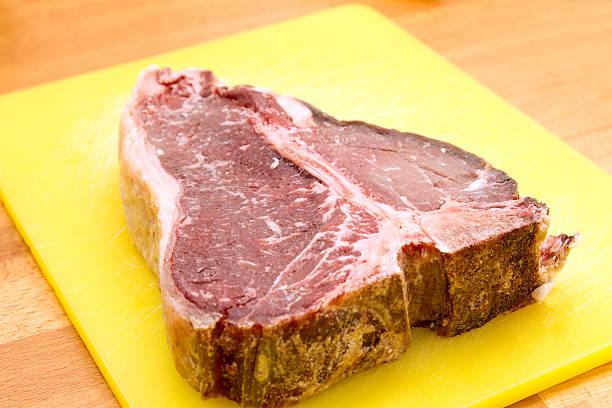 raw t-bone-steak - wie alt werden kühe stock-fotos und bilder