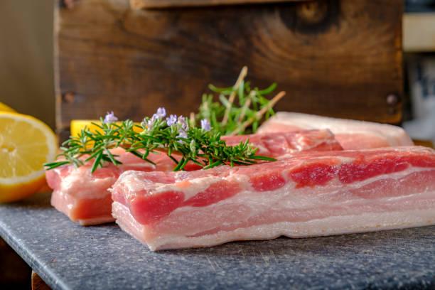 Rohdick geschnitten Schweinebauch – Foto