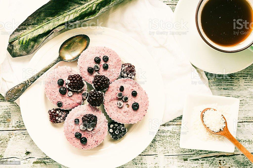 Materias primas veganas pastel de queso de la baya con coco, pintadas foto de stock libre de derechos