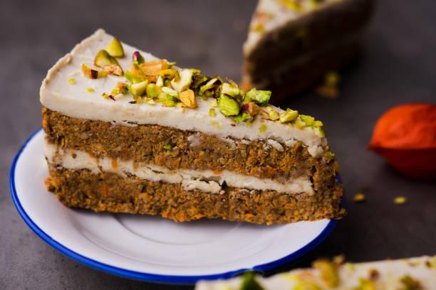 vegane karottenkuchen mit cashew-creme - paleo kuchen stock-fotos und bilder