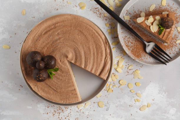 vegane schokolade-karamell-käsekuchen mit rohen kugeln. gesunde vegane ernährung konzept. ansicht von oben - paleo kuchen stock-fotos und bilder