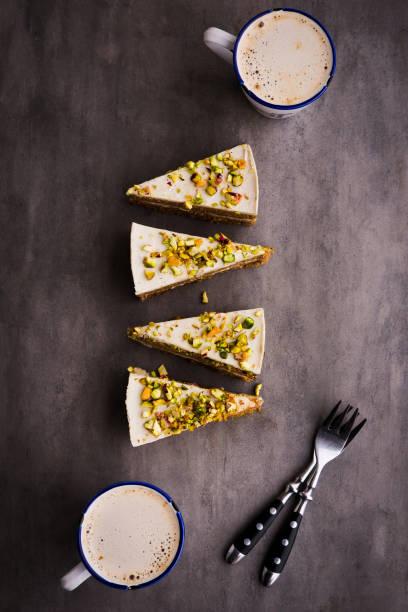vegane pistazien karottenkuchen - paleo kuchen stock-fotos und bilder