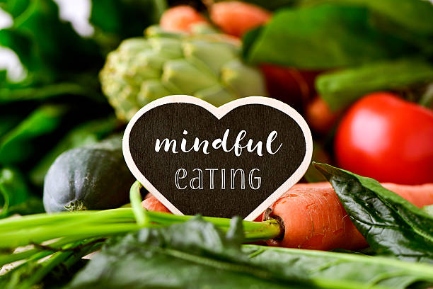 raw vegetables and text mindful eating - foto de stock